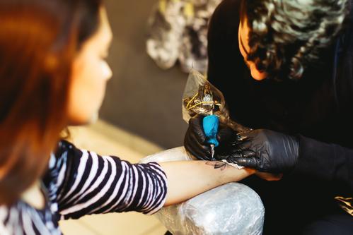 Tetoválás készül