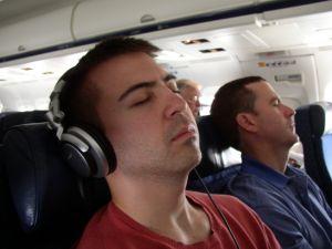 Alvás repülés közben