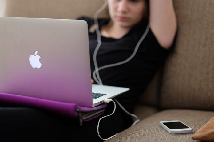 A közösségi média veszélyes terep a szülőnek