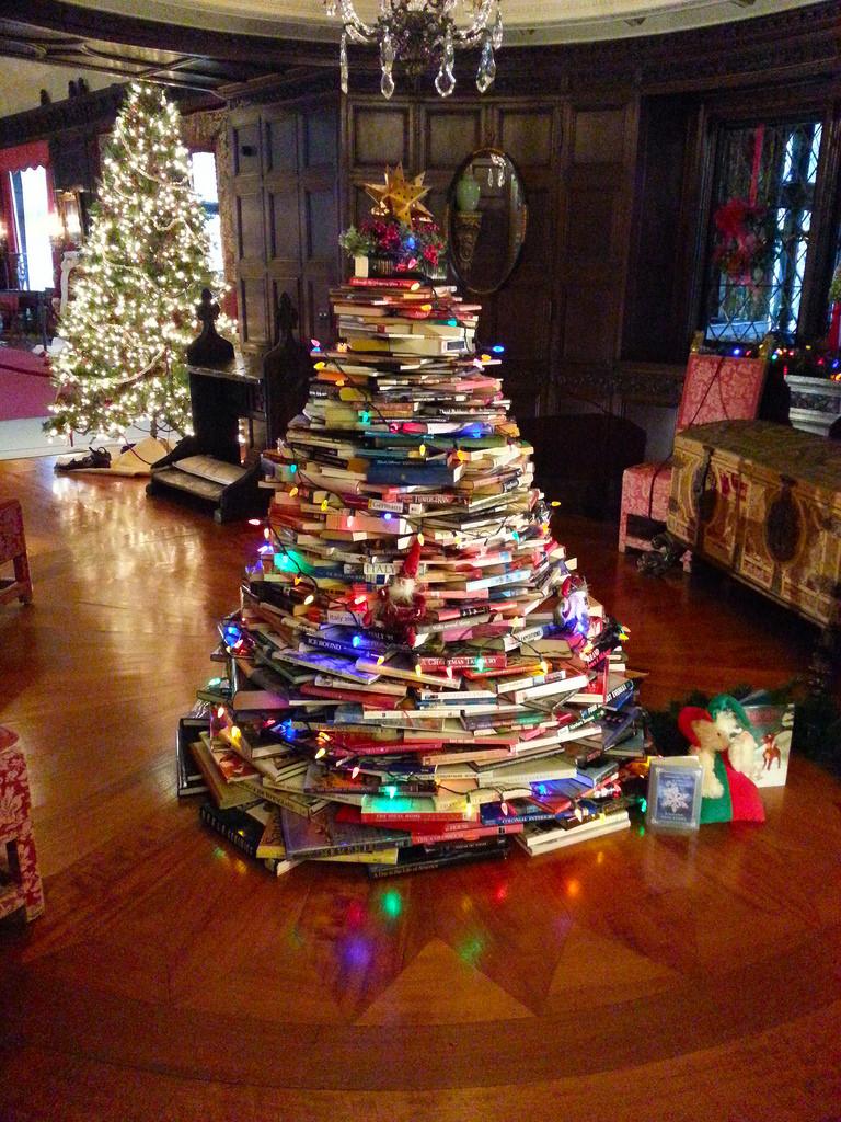 Színes könyvekből is épülhet karácsonyfa