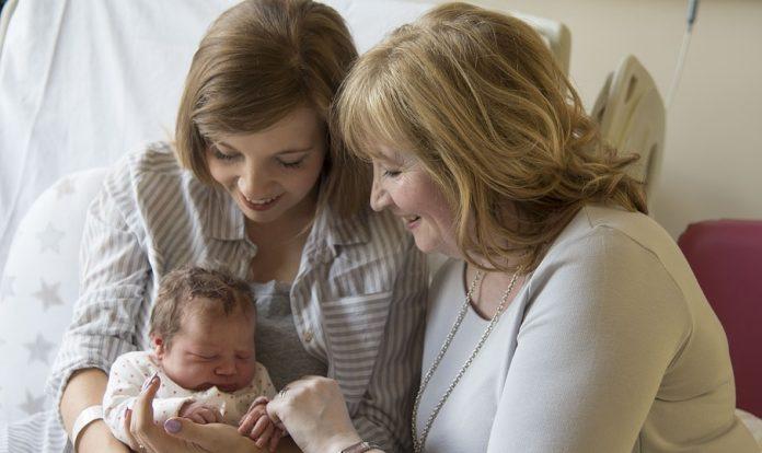 Ha úton van az unoka, vele együtt egy nagymama is születik