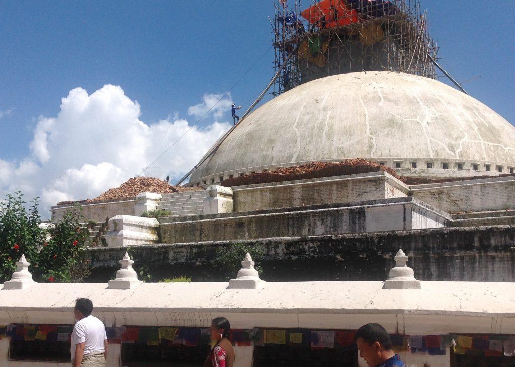 A megrongálódott sztupát éppen helyreállítják Katmanduban (szerző felvétele)