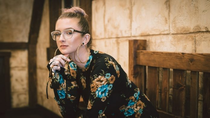 A szemüveges nő csupa titok