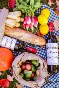 Egy francia piknik látványosan elhelyezett hozzávalói