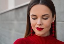 A piros rúzs illik sötétebb és világosabb bőrszínhez is