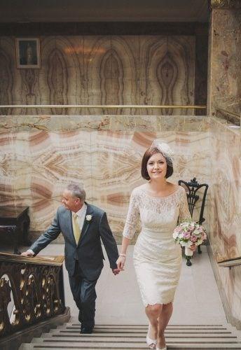 128f15da44 Az egyik legszebb 50 feletti esküvői ruha ez az elegáns, csipkés stílust  képviselő darab. Fedett mellkas és karok, térdig érő szoknya jellemzi, ...