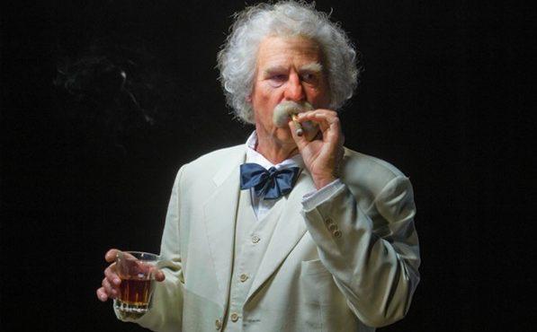 Val Kilmer éppen Mark Twain szerepében (forrás: www.sacurrent.com)